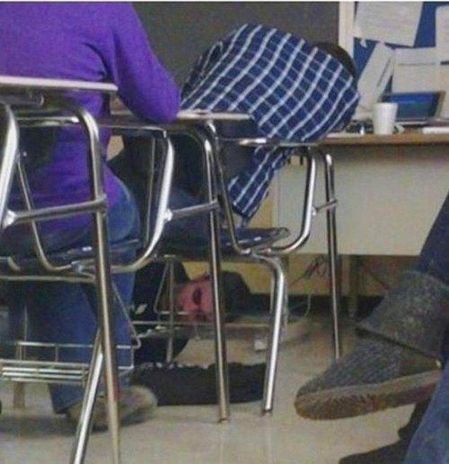 23. Derste uyuyan öğrencisinin ayakkabı bağcıklarını birbirine bağlayan bu öğretmen.