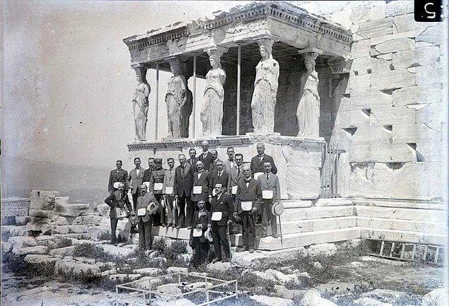 10. Üstelik manifesto, sadece donanma içinde değil, Atina'da da imzalanır.