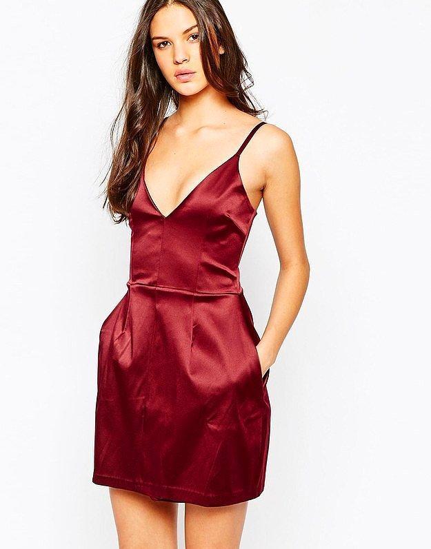 Любители-непрофессионалы обычно прячут алкоголь в каком-нибудь милом платьице с большими карманами, как, например, вот это: