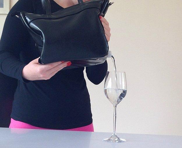В этой женской сумочке фляжка уже встроена