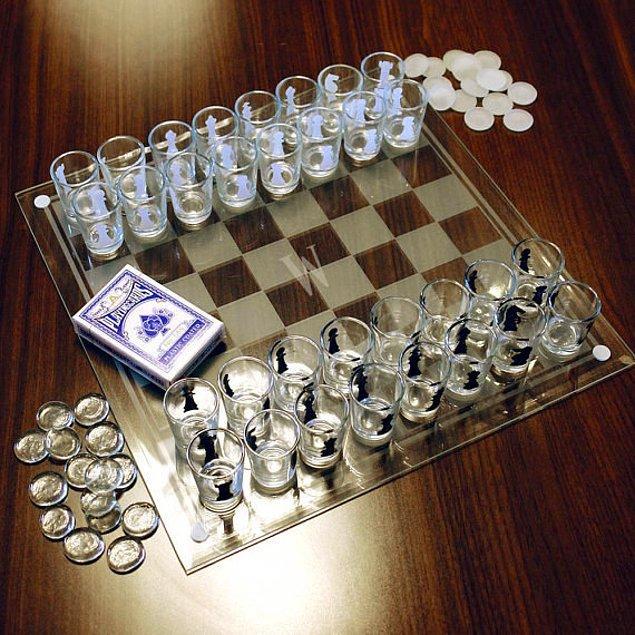 Шахматы со стаканами вместо обычных фигур.