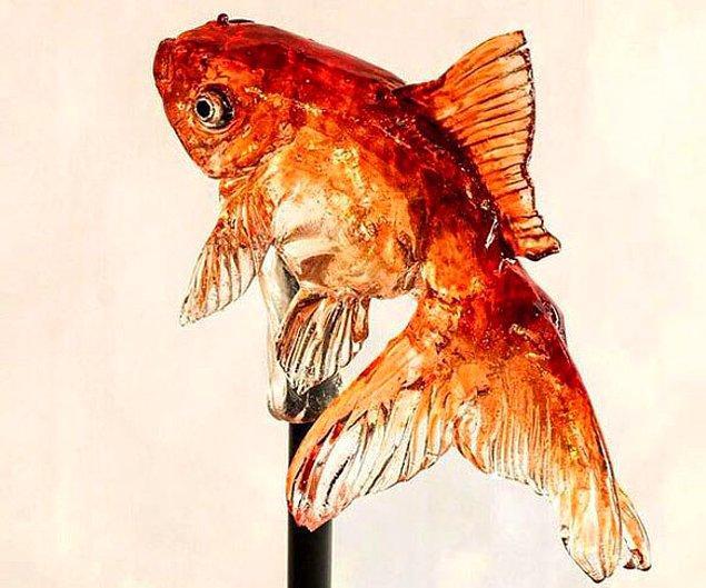 Подозрительно реалистичный леденец в виде золотой рыбки.