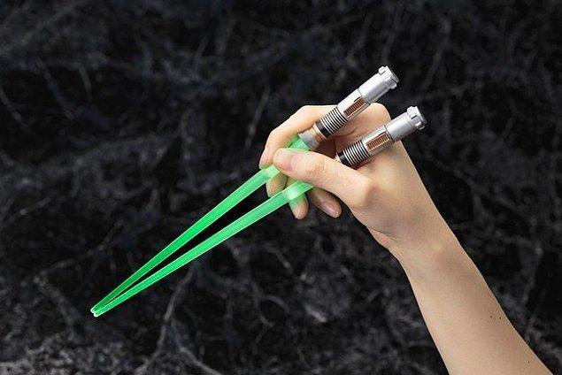 Палочки для суши в виде световых мечей. Да пребудет с тобой сила!