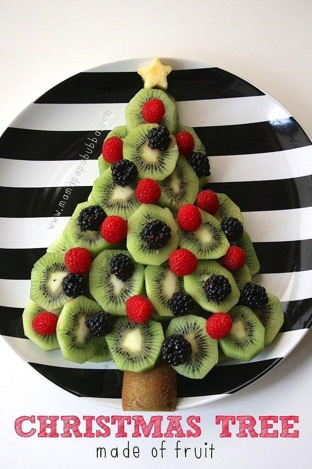 Елочка, сделанная из фруктов.