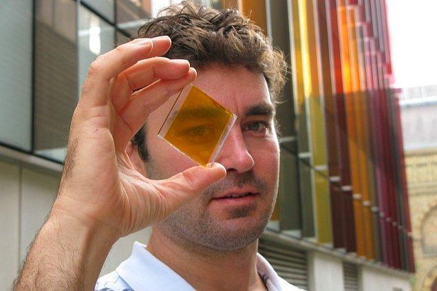 Şeffaf güneş paneli fikri, Güneş'in, görünür ışığın yanı sıra gözle görünmeyen morötesi ve kızılötesi ışıkla da enerji yayması fikrine dayanıyor.
