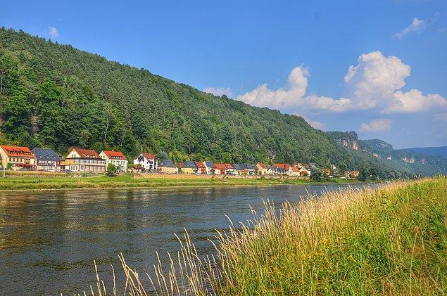 6. Elbe Nehrini takip ettiğimiz sürece, yavaş yavaş akan bu nehrin kayalıkları nasıl yarıp geçtiğini düşünüyoruz.