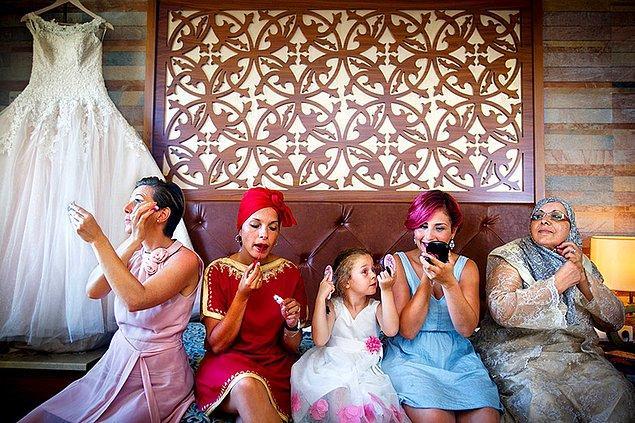 Эта простая фотография невесты и ее родных, поправляющих макияж, победила в номинации «Подготовка».