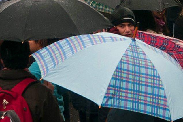 Когда идешь среди зонтиков:
