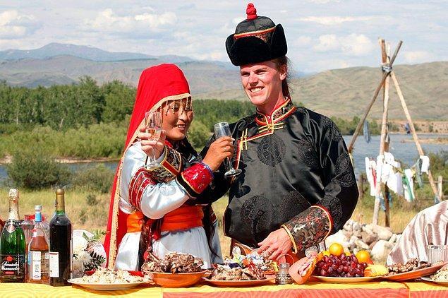10. Geleneksel evlilik giysileri içerisinde Tuvalı bir çift.