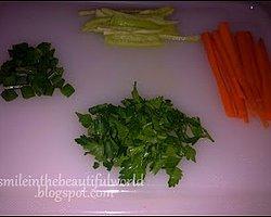 Biber ve havucu julyen usulü, soğan ve maydanozu ise iri iri doğrayalım. ^^ İçerisindeki malzemeleri damak tadınıza göre değiştirebilirsiniz.