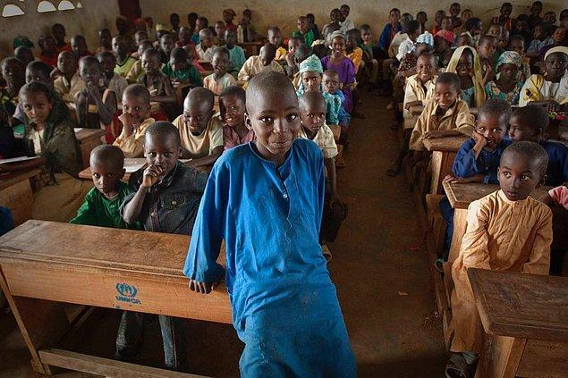 19. Ülkede ilköğretim zorunlu, ancak yine de okuma yazma bilmeyen %25'lik bir nüfus var.