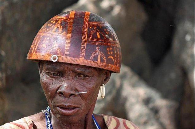 25. Asırlardır sömürülmüş, ezilmiş, hor görülmüş, örselenmiş, yoksulluğu kader bellemiş insanların güzel ve yorgun ülkesi Kamerun.