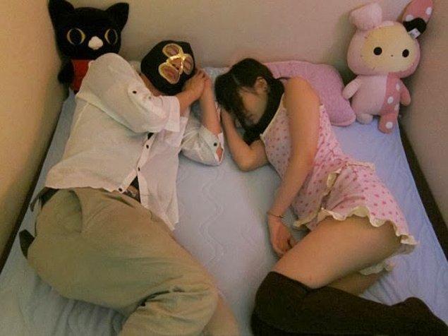 10. Cuddle Cafe olarak bilinen sarılma mekanları da özellikle Tokyo'da çok yaygın. Parasını verdiğiniz takdirde o anlık kız arkadaşınızla göz göze bakıyor, aynı yatakta uyuyor...