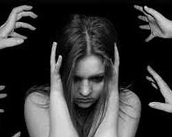 Kadın kendini sosyolojik kurallar ve toplum görüşü yüzünden istemeden ikinci plana itiyor.
