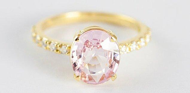 1. Bu mükemmel şeftali tonlarındaki safir yüzük, prenseslerin parmaklarına ışıltı katacak güzellikte: