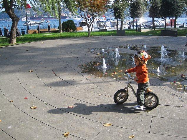 14. çok hafif eğimli toprak olmayan yüzeylerde kullandırın, ilk başlarda bisikleti altında sürüklüyor gibi yapacak ama