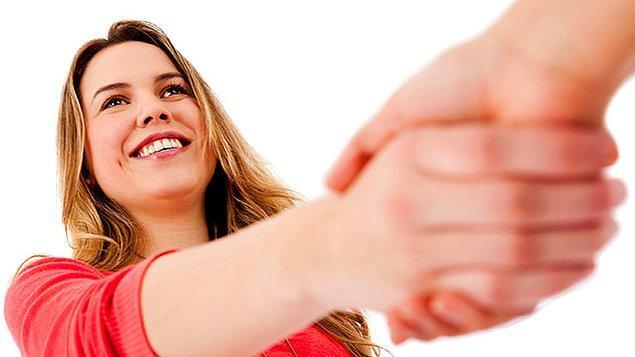 3. Çeşitli şirinlikler ve konuşmalar geçerken el sıkışma da genelde ihmal edilmez.