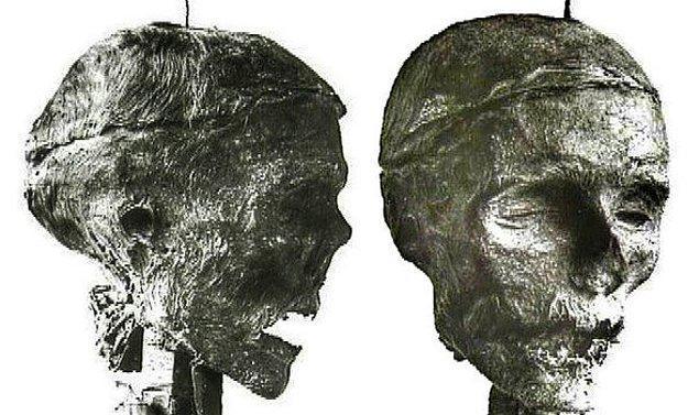 Ölümünden iki yıl sonra mezarından çıkarılıp zincirlere vurulan Cromwell'in başı gövdesinden ayrıldı ve vücudu paramparça edildi.