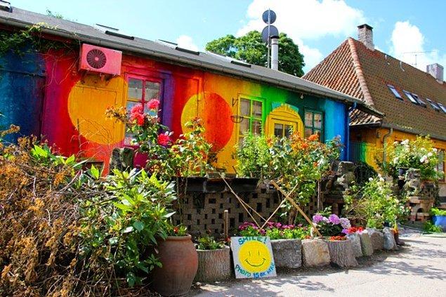 Bütün evlerin dış cepheleri grafiti çalışmalarıyla dolu.