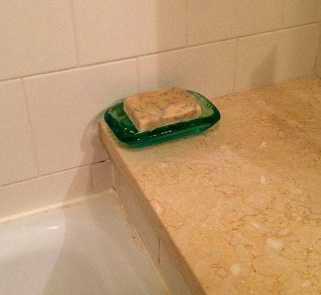 Положить в мыльницу...кусок сыра.