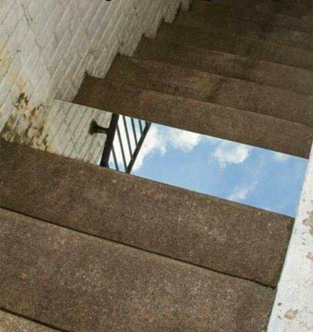 Положить зеркало на ступеньки.