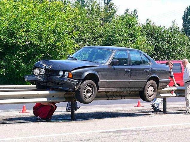 Как этот BMW оказался на перегородке?!