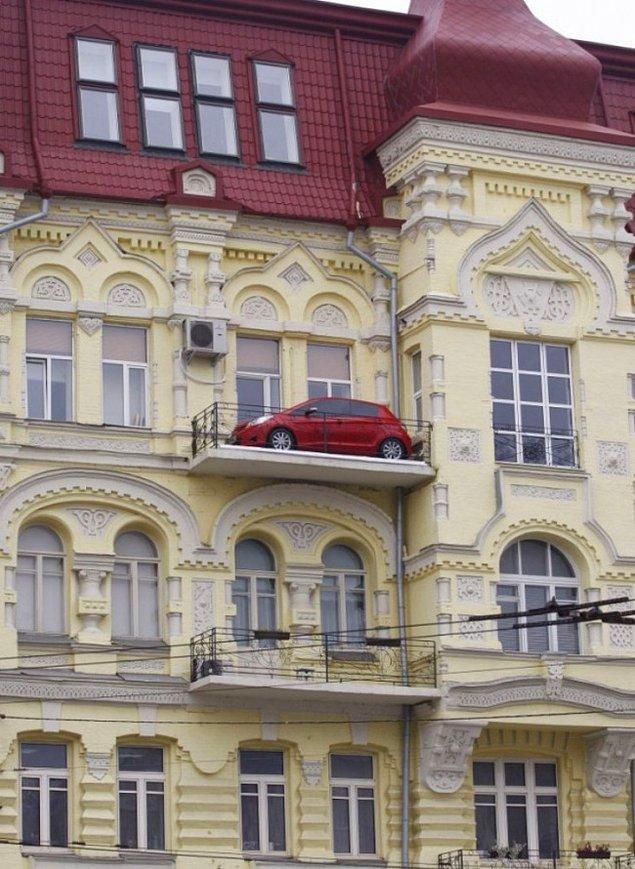 Как машина оказалась на балконе?!!!