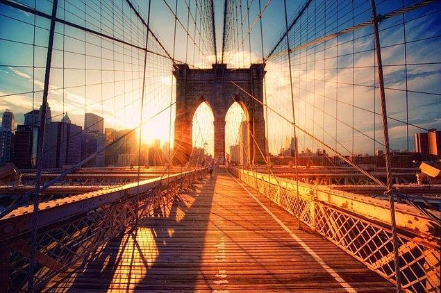 17. New York'taki Brooklyn Köprüsü'nde yürüyün.