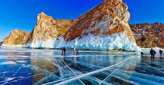 32. Baykal Gölü'nü kışın ziyaret edin.