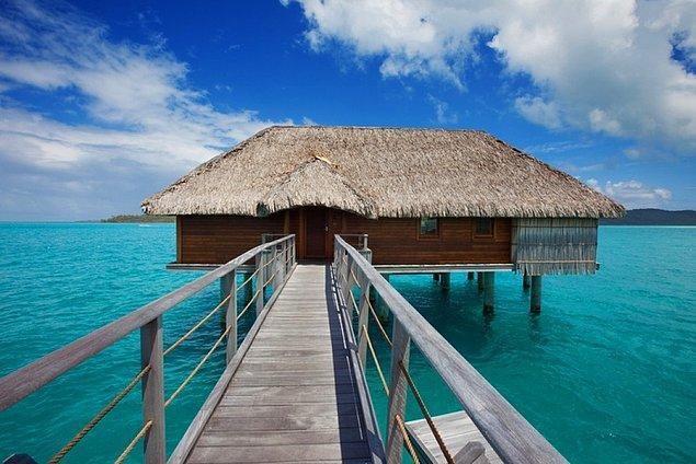 36. Bora Bora'da suyun üstündeki bungalovlarda konaklayın.