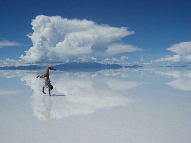 41. Bolivya'daki Salar de Uyuni Tuz Gölü'nün yağmur yağdığında dev bir aynaya benzeyen yüzeyinde yansımanızı izleyin.