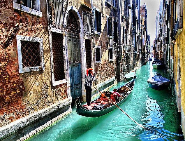57. Venedik'te bir gondol gezintisine çıkın.