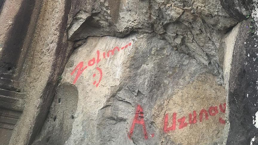 2 Bin Yıllık Roma Anıtına Spreyle Zalım Yazdı 29
