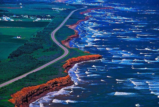 Dünyada en uzun sahil şeridine sahip ülke Kanada'dır.