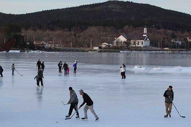 Kanada'nın Newfoundland şehrinde Atlantik Okyanusu bazen donar, öyle ki insanlar üzerinde buz hokeyi oynar.