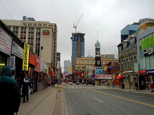 Dünyanın en uzun caddesi, 1.896 km'lik uzunluğuyla Kanada'daki Yonge Caddesidir.