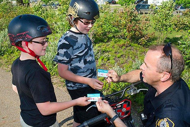 """Kanada polisi olumlu davranışta bulunan, kurallara uyan, insanlara yardımcı olan, kısacası örnek vatandaşlara """"Pozitif Bilet"""" verir."""