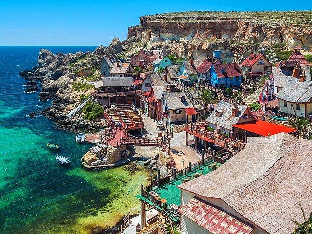 """Деревня Попай на Мальте была создана в качестве декораций к фильму """"Попай"""", после чего была превращена в тематический парк, который доступен для туристов, и где можно насладиться лодочными прогулками, водными трамплинами и попробовать местное вино."""