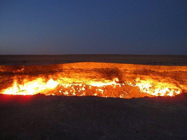 """""""Дверь в преисподнюю"""" - газовый кратер, расположенный в Дарваза, Тукменистан. Кратер образовался в результате бурения резведочной скважины для добычи природного газа."""