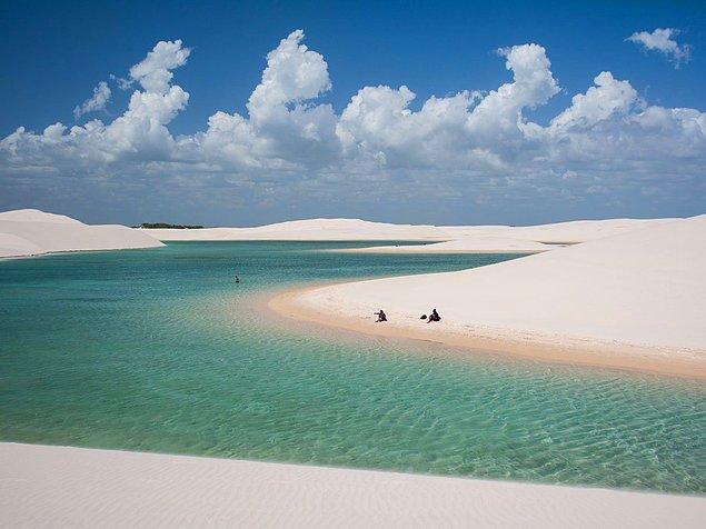 Ленсойс-Мараньенсис - национальный парк в Мараньян, Бразилия. Во время сезона дождей между песчаными дюнами образуются такие вот лагуны с чистой водой. Самое благоприятное время для посещения - с июля по сентябрь.