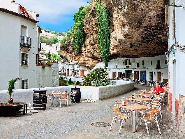 Сетениль-де-лас-Бодегас - испанский город, находящийся прямо в скалах!