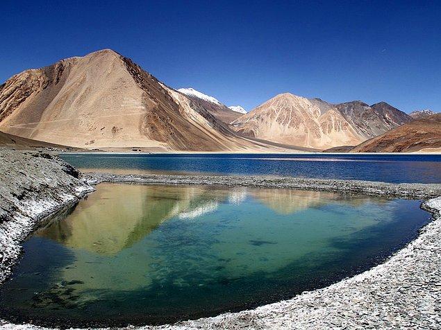 Бангонг-Цо - крупнейшее озеро в Азии, протянувшееся на 96 км между Индией и Китаем, представляет собой живописное зрелище.
