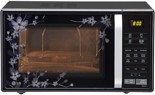 Подогревать или готовить еду в микроволновой печи - вредно для здоровья.