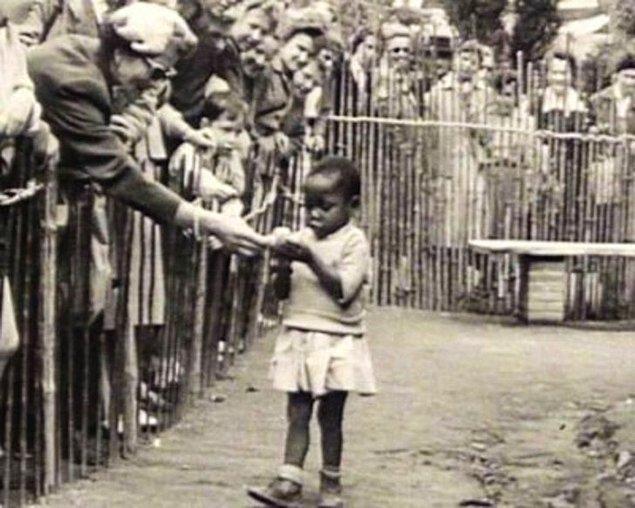 """27. Kongo, daha Belçika kolonisiyken """"Kongo Köyü"""" isimli Kongolu insanların sergilendiği bir insanat bahçesinde bulunan Afrikalı bir kız çocuğu, Brüksel, Belçika, 1958."""