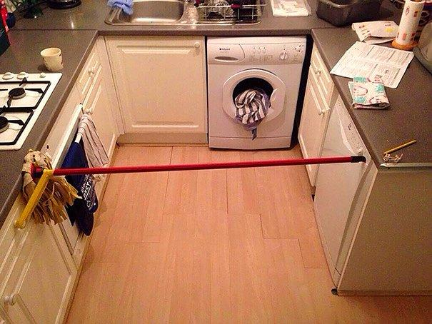 Кнопка на посудомоечной машинке сломалась, так что ее надо было постоянно держать. Ну, вот еще, лучше подпереть шваброй, чем ждать пока она домоет посуду!