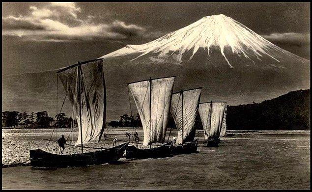 25. Fuji Dağı'na doğru yelken açan Japon balıkçılar, 1920'ler.