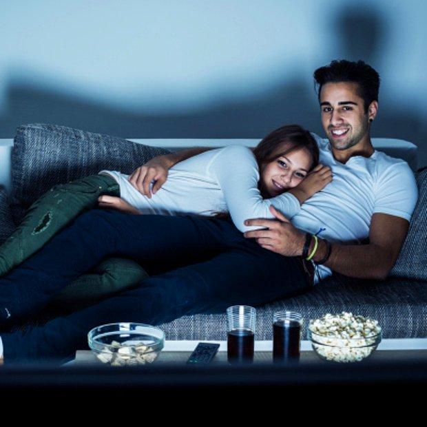 Beraber kanepede uzanıp film izlemek