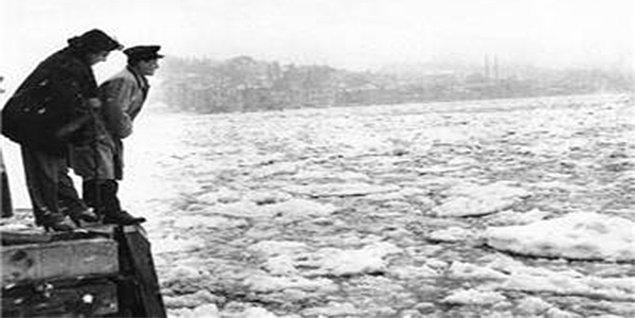 23 Şubat 1954 tarihli gazeteler, yoğun kar yağışının İstanbul'da hayatı durma noktasına getirdiğini yazdı.