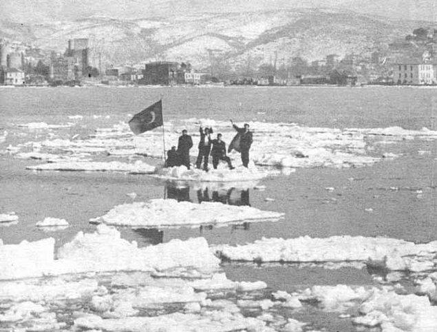 Kimi buz kütlelerinin üzerine çıkarak Türk bayrağı dikti.