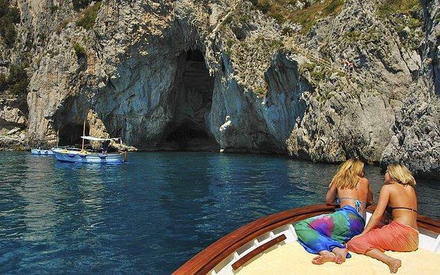 2. Capri Adası'ndan bineceğiniz küçük teknelerle ya da adanın içinden yürüyerek mağaraya ulaşabiliyorsunuz.